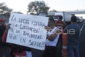 TEHUACÁN . BLOQUEO CARRETERA